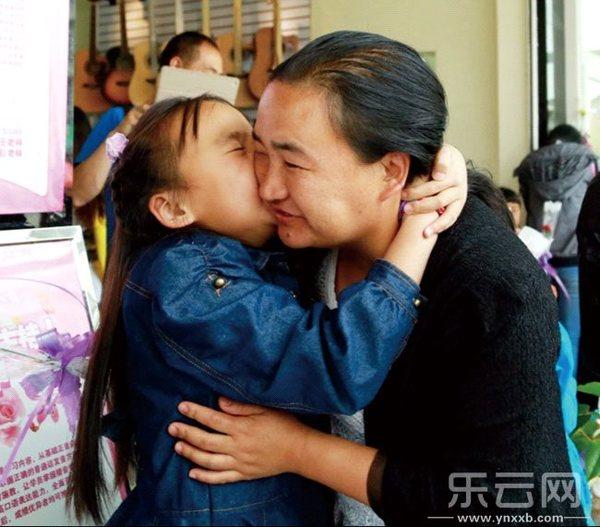 母亲节,小学们做贺卡送给母亲孩子上海市转学图片