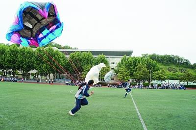 """参加""""纸飞机直线距离赛""""和""""纸飞机奥运五环靶标赛"""""""