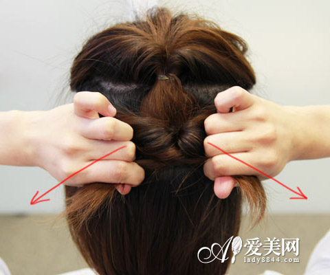 简单的短发扎法教程,将短发分成三部分,一层一层内扣打造出别致的纹理
