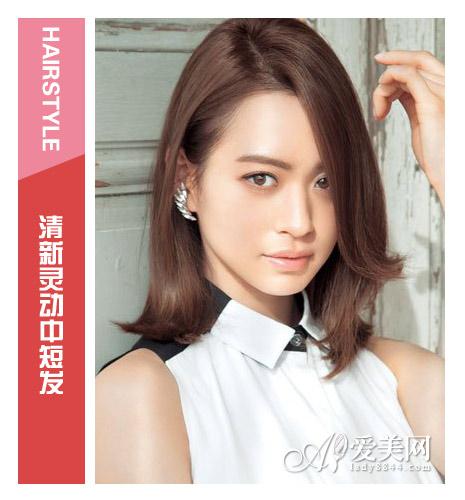 发型点评:顺直的长刘海直遮眼帘,营造出独特的神秘色彩.