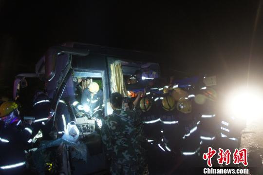 浙江高速凌晨 惊魂 大客车追尾货车致7伤1死 组图