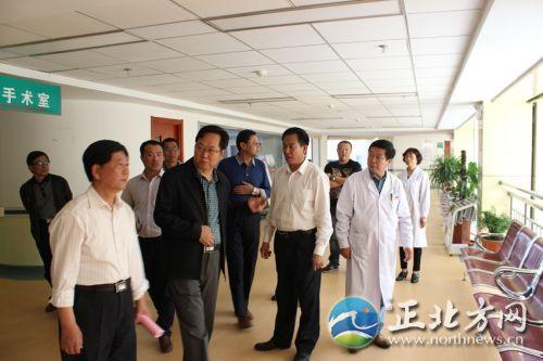 呼市新城区卫生局局长吴真在董事长张润喜(右二)和申作宏(左二)院长陪