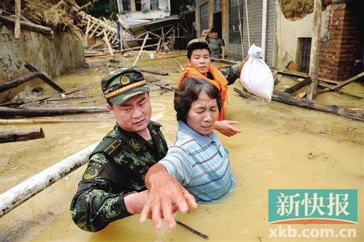 武警8730部队的官兵们解救出一大批被洪水围困的村民.-危难时刻图片