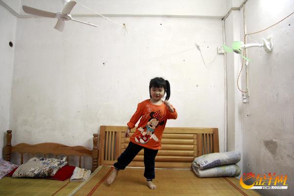 卖臭豆腐的小女孩 渴望上幼儿园