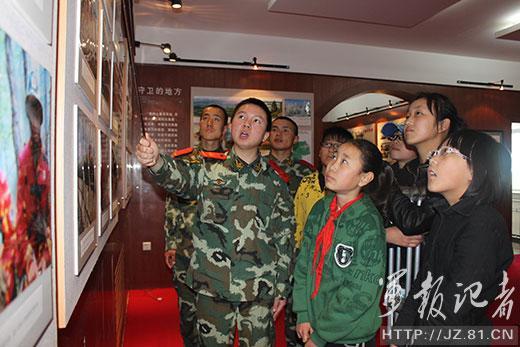 参观驻地森警部队荣誉室 高清图片