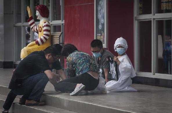 招远血案受害者头七:6岁儿子穿孝服在麦当劳跪祭(图)
