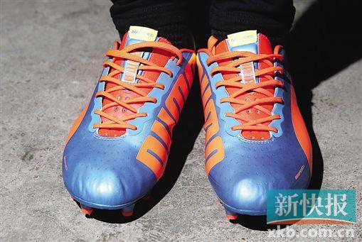 色彩与运动感强烈的足球靴能轻易融入造型,配合leggings非常抢眼。