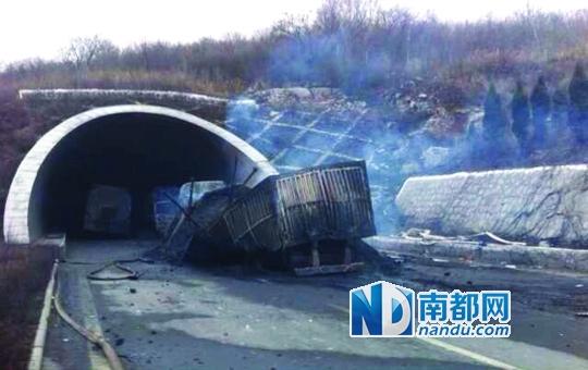 晋济高速岩后隧道事故现场被烧毁的车辆. 资料图片-山西高速隧道40