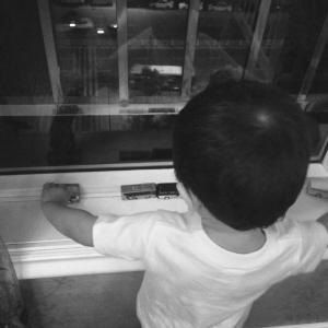 公共汽车上睡觉-辆 不数完5辆公交车 两岁男孩不肯睡高清图片