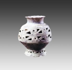 1966年青浦区寺前村遗址出土双层镂孔花瓣足陶壶