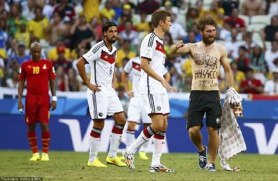 加纳球星蒙塔里握手.?   往期回顾:   闲谝世界杯:千万不要