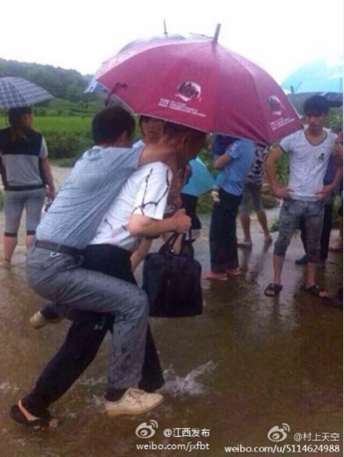 从网友上传的照片可以看到,被背过水的干部高高把腿抬起,生怕鞋和裤子被打湿。