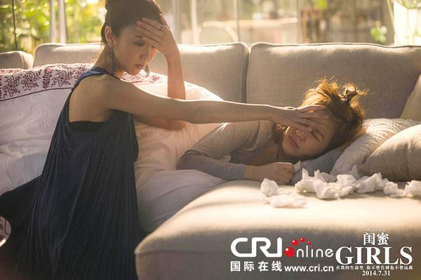 陈意涵发高烧身体不舒服,贴心闺蜜薛凯琪摸着她的额头