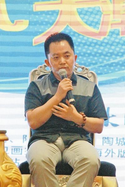 行业公共知识分子尹虹博士和来自深圳十大设计师之一的李志豪分别作图片