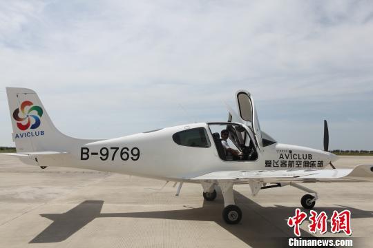 执行首航任务的爱飞客航空俱乐部的西锐sr20飞机准备起飞 冒韪 摄