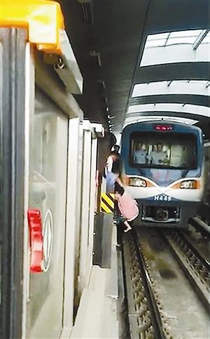 孕妇跌落北京地铁 列车1米外急刹车|相撞|车头