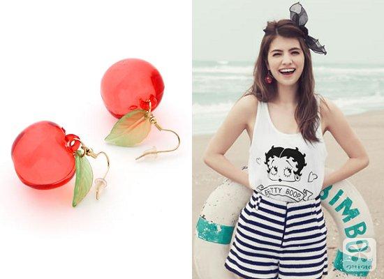 苹果造型耳环,大大的红苹果,可爱又很衬托肤色,搭配黑白系的简单服装