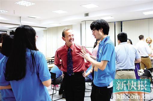 ■外教和学生热情交流
