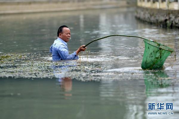 7月7日,在广西柳州市柳南区太阳村镇上等村,村支书梁海传在村里的太阳