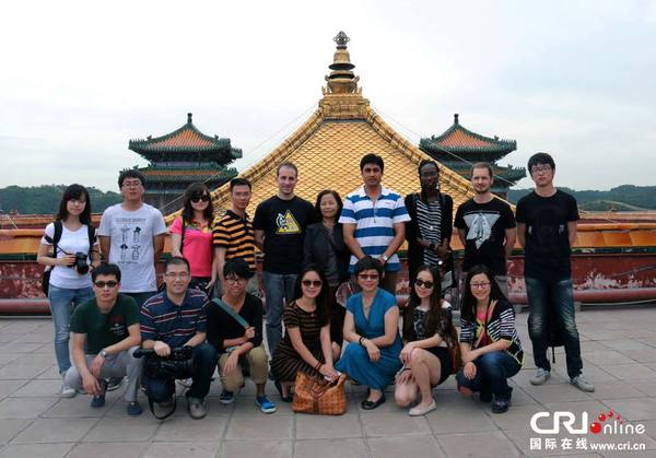 """记者团参观了贡有""""全世界最大木雕佛像""""的普宁寺及号称""""小布达拉宫""""的"""