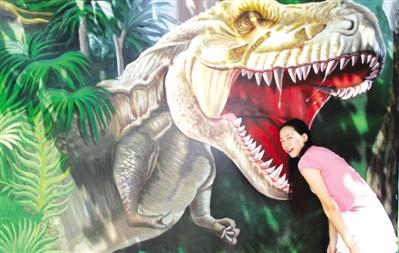 把头伸进恐龙嘴大人小孩争着玩