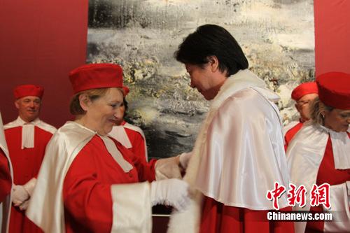 7月11日,圣爱美浓鲁拉德葡萄酒协会现任会员为王衍成授勋。张新 摄