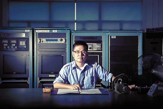 他负责维修飞机的电气系统部件