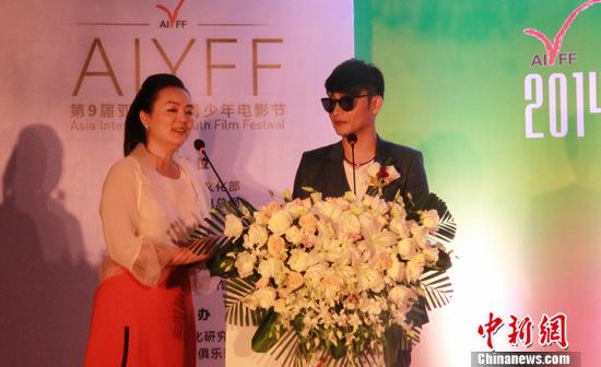孙小梅与陈志朋(右)。