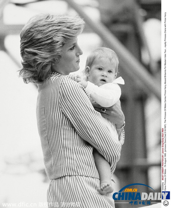 85年,1岁的哈里王子在母亲戴安娜王妃的怀里.(图片来源:东方