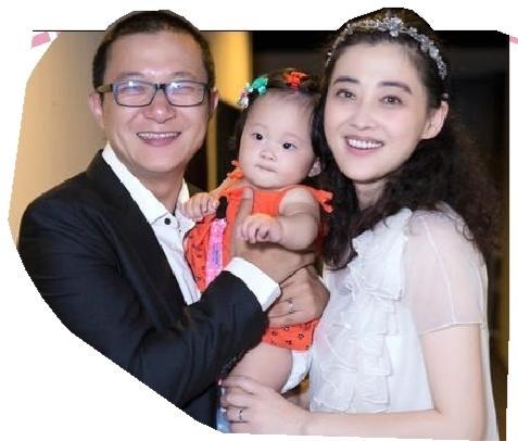束了首站北京的11场演出.39岁的梅婷和老公曾剑特别在剧场里举办了