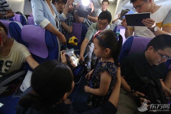 茅轩玮小朋友独自乘坐飞机前往北京和妈妈一起过暑假.