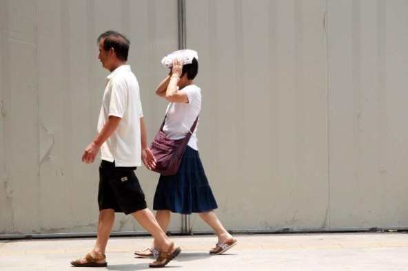大暑来了 2014年7月23日,今天是大暑节气,意味着一年中最热的时候来了,加上麦德姆外围下沉气流影响,市区温度直逼38摄氏度,把路上行人烤的九分熟了!专家提示说,大暑节气公众要当心中暑,小心防晒。(记者 曹景荣 摄)
