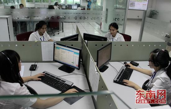 福州市便民呼叫中心12345话务员正在工作中图片