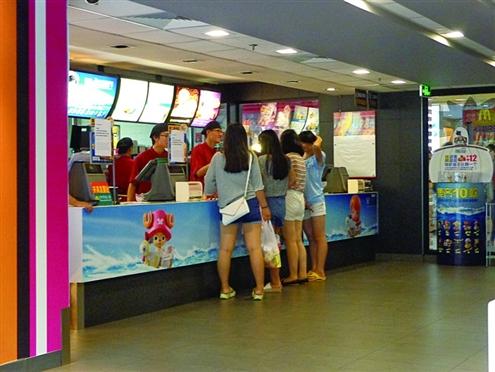 右,在历下区一麦当劳店内,虽是就餐时间但点餐的顾客并不多 记者 图片