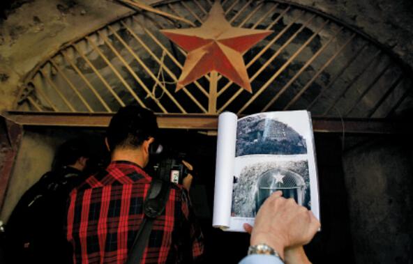 发射机房铁门上方的五角星,是1949年后重新装修过的。云南信息报 记者 郭秋月摄