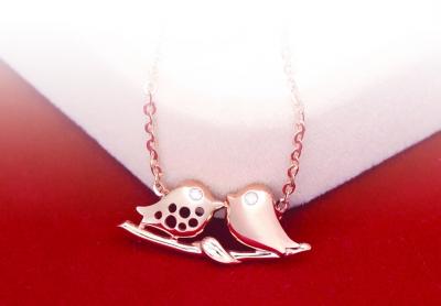 """包含甜蜜意义""""爱你么么哒""""的爱情鸟吊坠,传达了可爱单纯的美好爱情,传"""