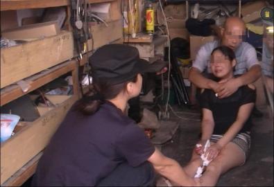 女警察的丝美脚妻照-挟持前妻朋友 女警夺刀被刺伤