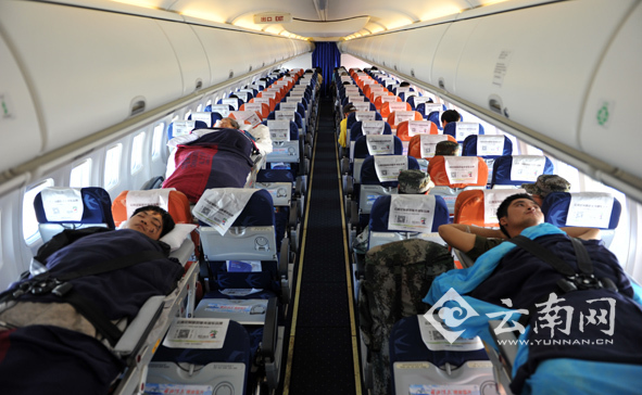 东航拆除飞机座椅安装担架运送(图)