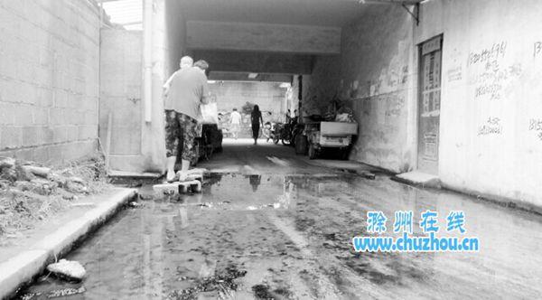 新建楼房堵住下水道 滁州飞龙四村半年多污水四溢(图)