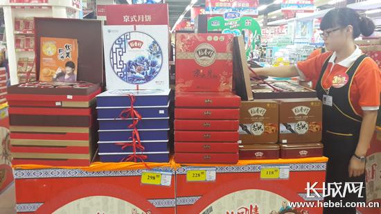 店内的显著位置均已被各种品牌的月饼堆头占据,多位销售人员表示,销售图片