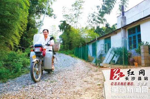 """在长龙街道湘峰村东塘组,绿树掩映下,一条碎石路通组入户。这条被称呼为""""生态路""""的道路,改变了以往农村居民雨天出门一脚泥的情形。刘晓东 摄"""
