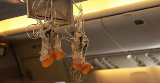 飞机上禁烟,但卫生间内都配有烟灰缸.真的