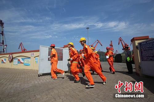 青岛边检站参加青岛港2014联合海上消防演练(组图)