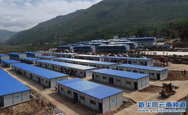云南鲁甸地震震中龙头山镇的龙泉中学临时活动板房学校已经全面搭建图片