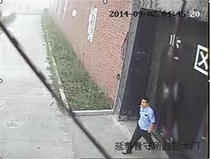 李海伟 逃跑时穿浅蓝色短袖警衬(警号025125),深色长裤,浅色鞋。