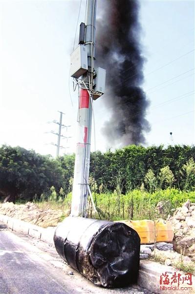 大铁桶被炸飞后,落到路边