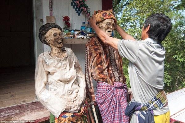 Toraja村的人每年都要将亲人的尸体从地下挖出来,给他们穿上新衣服,进行一番梳洗打扮。