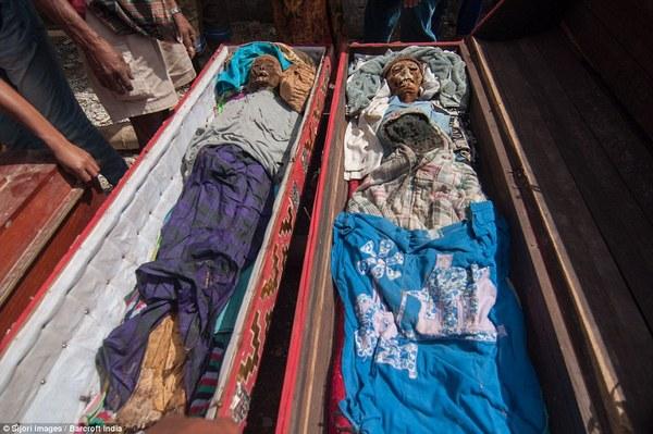 遗体被放回棺材