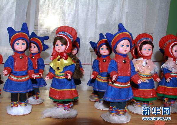 穿着传统服装的可爱的萨米娃娃.(新华网记者刘敏摄)