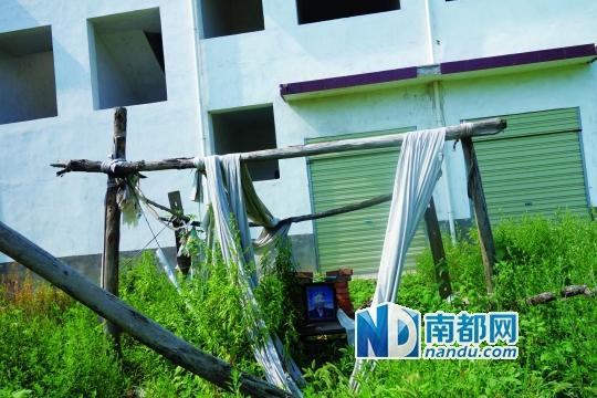 邓州市廖寨村,被强拆后服毒自杀的王玉新老人遗像仍留在原处。